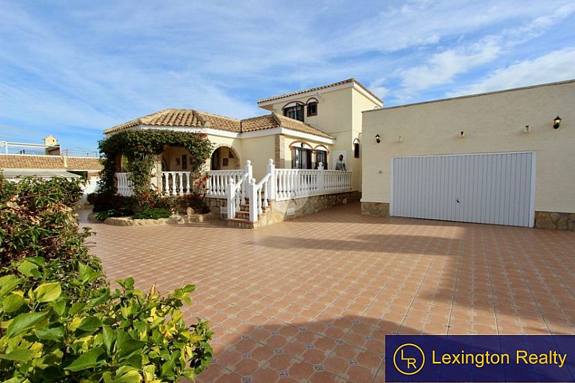Large villa for sale in Gran Alacant